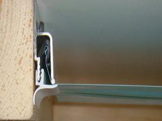 Как вставить плинтус в натяжной потолок самому?